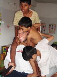 uno dei nostri volontari con alcuni bambini di Nirmal Niketan